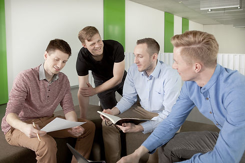 MotionMiners Mitarbeiter diskutieren über die Arbeit