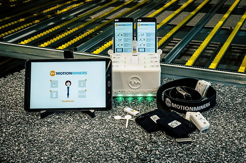 Motion-Mining Technologie - Messausrüstung: Tablet, Docking Station, Sensoren, Smartphone, Gürtel, USB-Stick und Schweißbad zur automatischen Datenerfassung und effizienten und ergonomischen Prozessoptimierung. Motion mining technology - measuring equipment: tablet, docking station, sensors, smartphone, belt, USB stick, weld pool for automatic data acquisition and efficient and ergonomic process optimization.