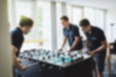 MotionMiners beim Kickern. Wir sind ein junges Start Up mit viel Spaß und Dynamik. MotionMiners playing foosball. We are a young start up with lots of fun and dynamics. Les MotionMiners jouent au baby-foot. Nous sommes une jeune entreprise avec beaucoup de plaisir et de dynamisme.