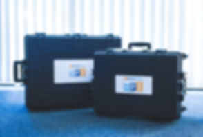 Manual Process Intelligence (MPI) Produktkoffer mit Messungshardware und Inhalten wie mobile Sensoren, Smartphone, Tablets, Handbuch und Beacons. Manual Process Intelligence (MPI) product case with measurement hardware and content such as mobile sensors, smartphone, tablets, manual and beacons.