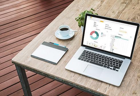 Motion-Mining Manual Process Intelligence Analyseprogramm (Dashboard) aufgerufen auf einem Laptop, der auf einem Tisch steht. Motion-Mining Manual Process Intelligence analysis program (dashboard) on a laptop standing on a table.