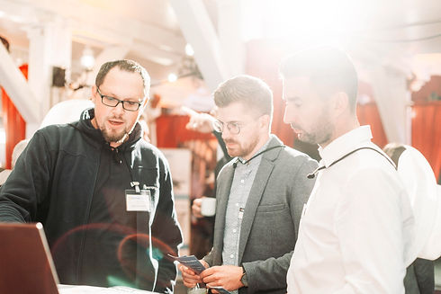 Ein MotionMiner Mitarbeiter präsentiert Kunden auf der Messe das MotionMining Technologie