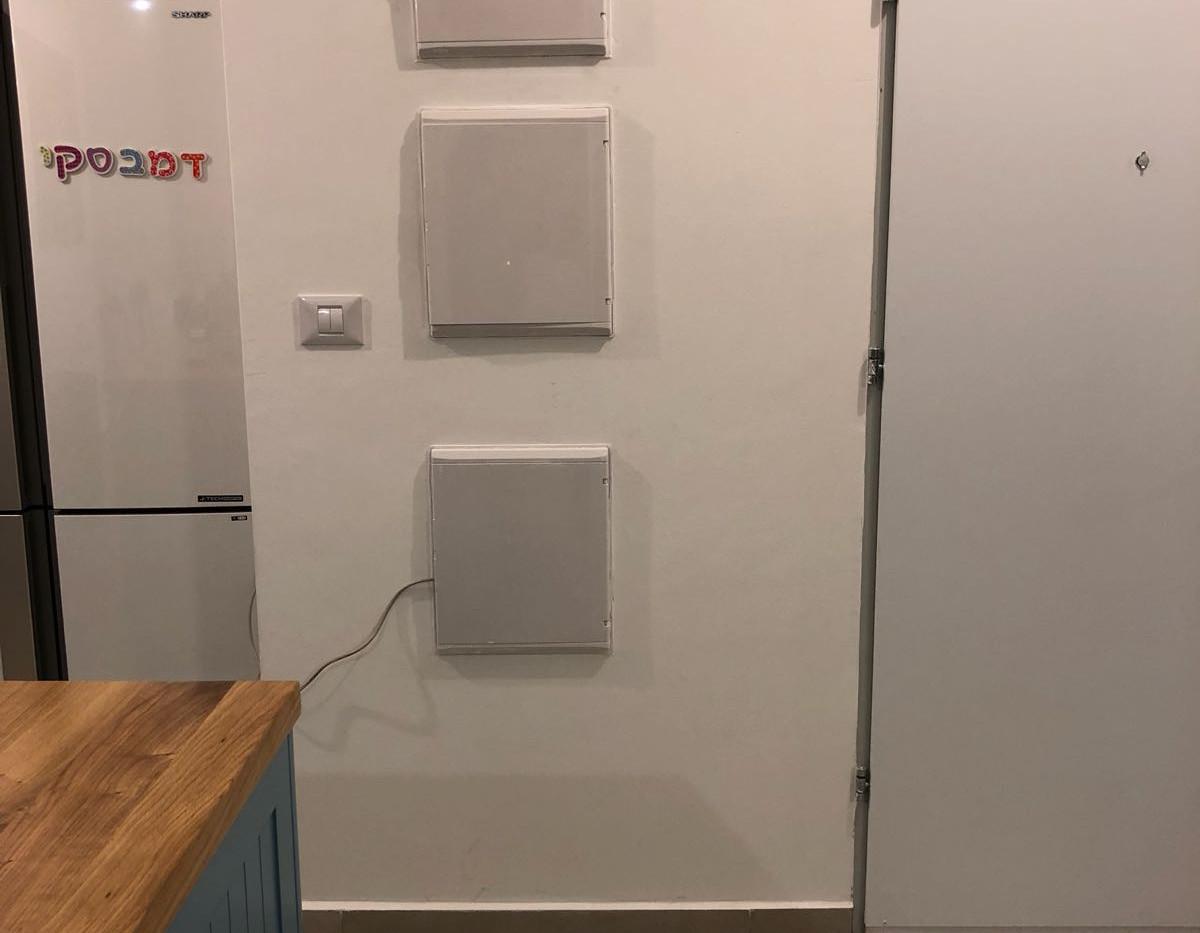קיר לוחות חשמל שיכוסה בהמשך בלוח פג בורד מיוחד