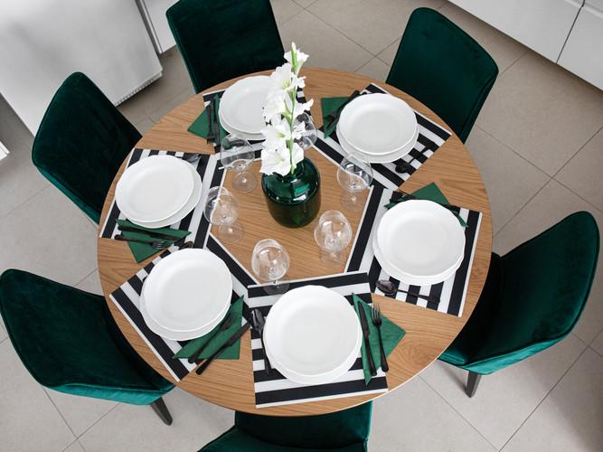 סטיילינג לפינת אוכל עגולה כסאות בריפוד קטיפה ירוקה