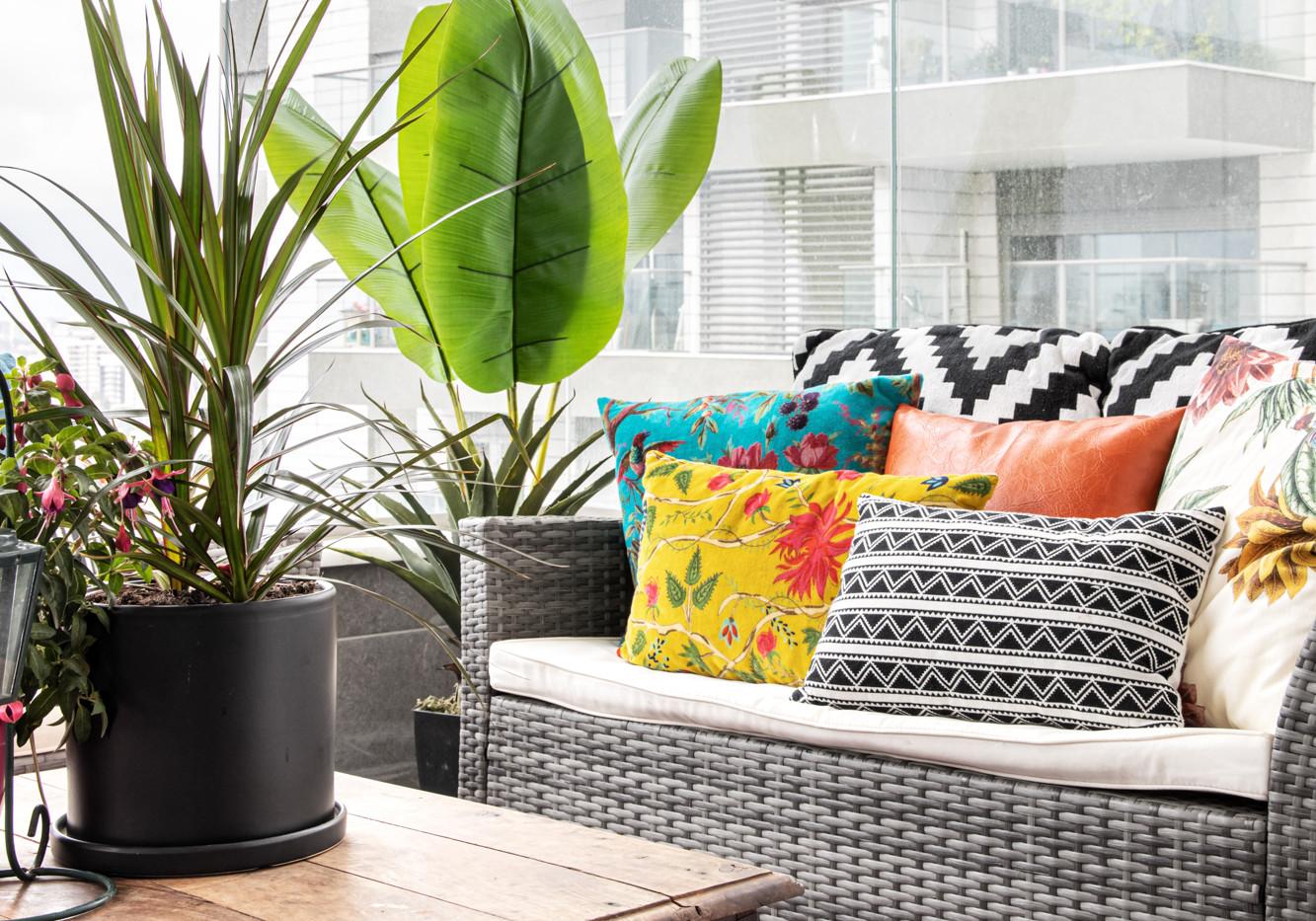 כריות צבעוניות במרפסת