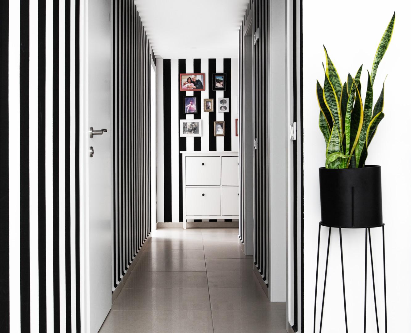 מסדרון צבוע בפסים שחור לבן