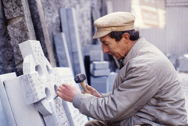 Brendan Crowe, stonemason, Thomas Street, at work. 23/3/88