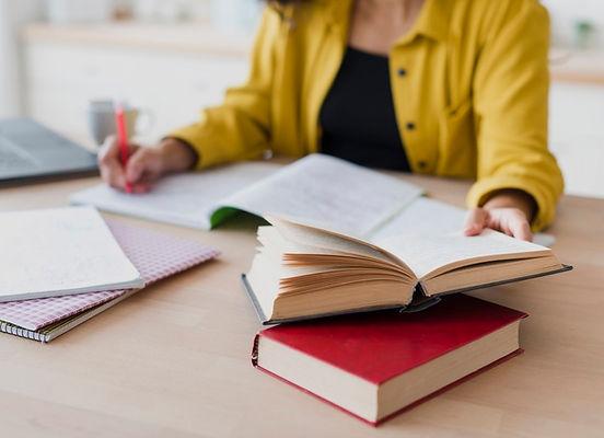 mulher-de-close-up-escrevendo-no-caderno