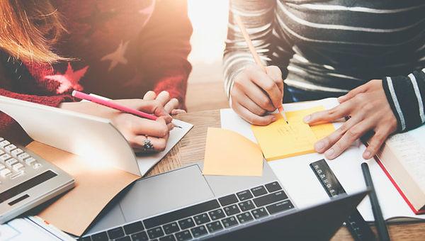 estudante-estudar-brainstorming-analisan