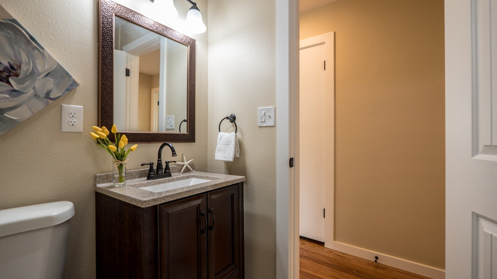 Main bathroom 2.jpg