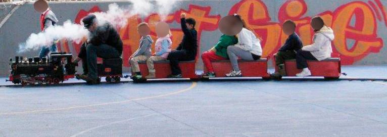 Tren de 5 pulgadas con un maquinista y niños a bordo