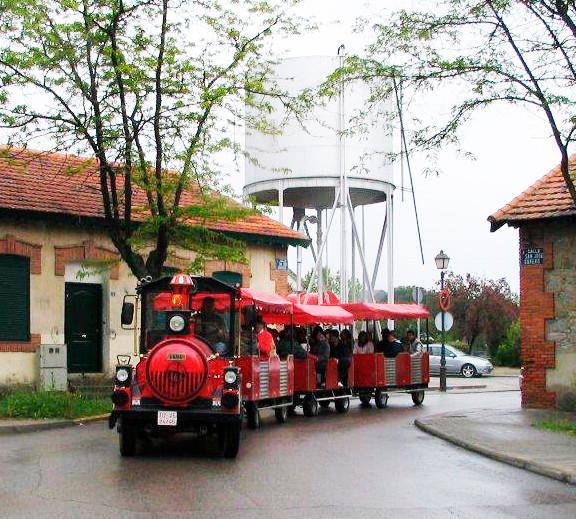 Tren de rueda de goma que recorre Las Matas hablando sobre la historia ferroviaria y la cultura del barrio mateño
