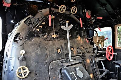 Cabina interior de una locomotora de vapor Mikado