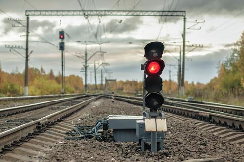 Vías del tren con semáforo en rojo