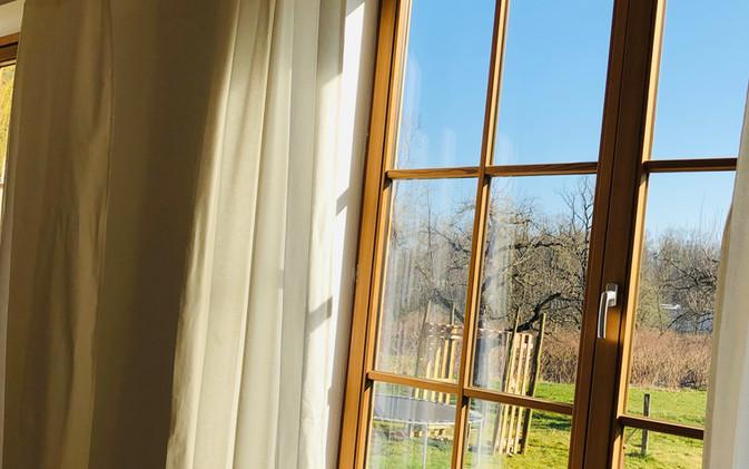 Helles Tageslicht durch viele Fenster