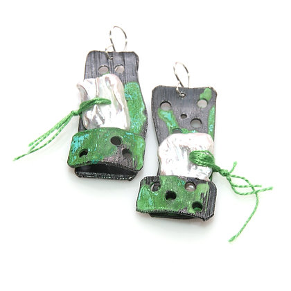 Cercei lungi cu patină verde și perle albe