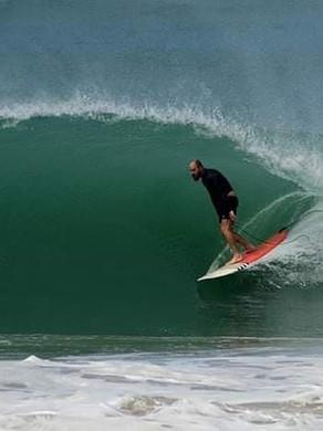 Phil Rajzman aproveita grande swell na Região dos Lagos