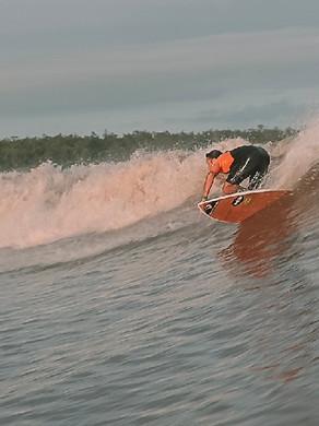 Surfista pega umas das pororocas mais longas do Brasil