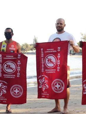 Phil Rajzman doa bandeiras para guarda-vidas de Búzios