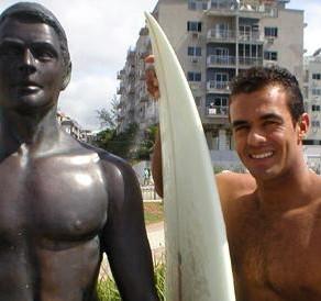 Estátua do surfista Victor Ribas para por restauração