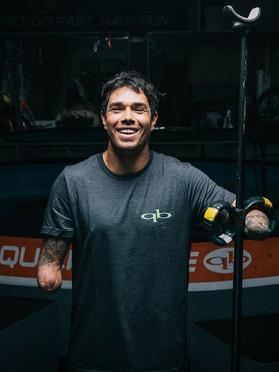 Conheça Jonas Letieri, o único surfista do mundo sem as mãos