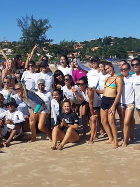 Projeto social leva o surf a mulheres com mais de 40 anos