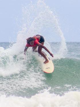 Campeã brasileira de surf faz vaquinha para competir no QS