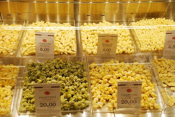 סוגי פסטות איטלקיות מוצגות במעדניה למכירה במשקל