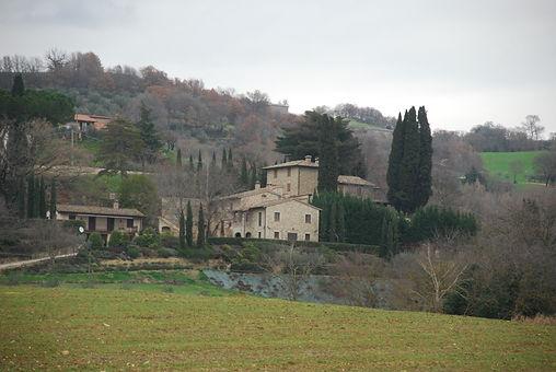 נוף כפרי באומבריה איטליה. בית כפרי על גבעה ירוקה