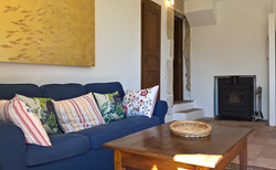 Sofa mit Blick zum Ofen