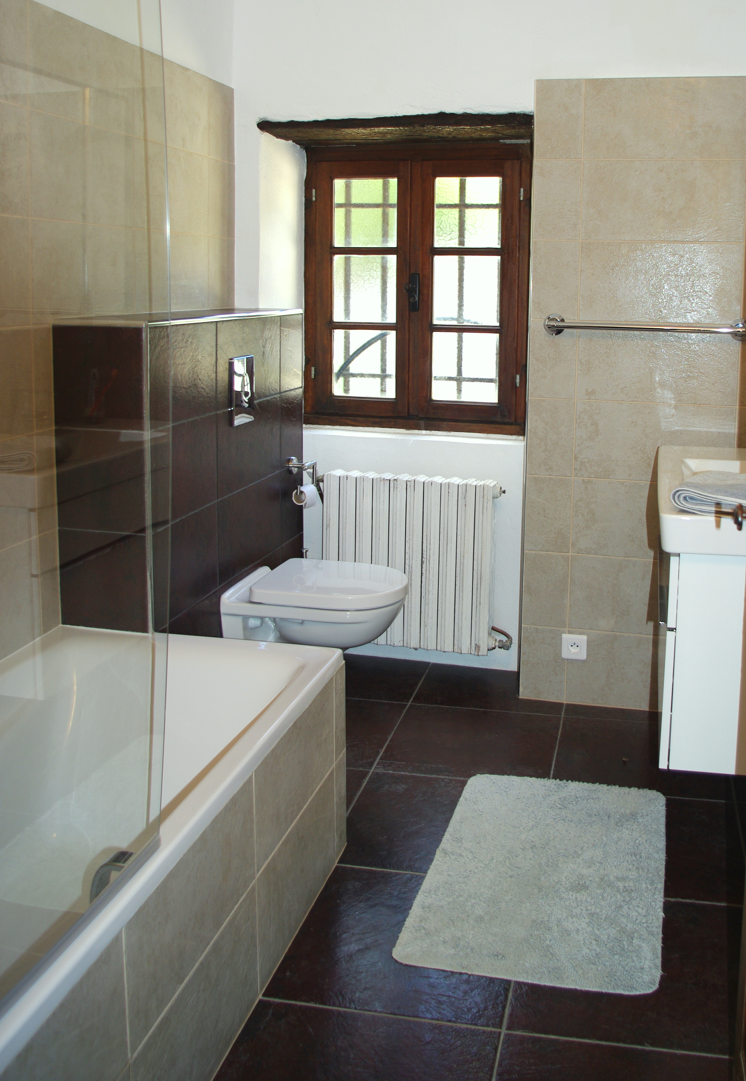 Bath room with combined tub/shower