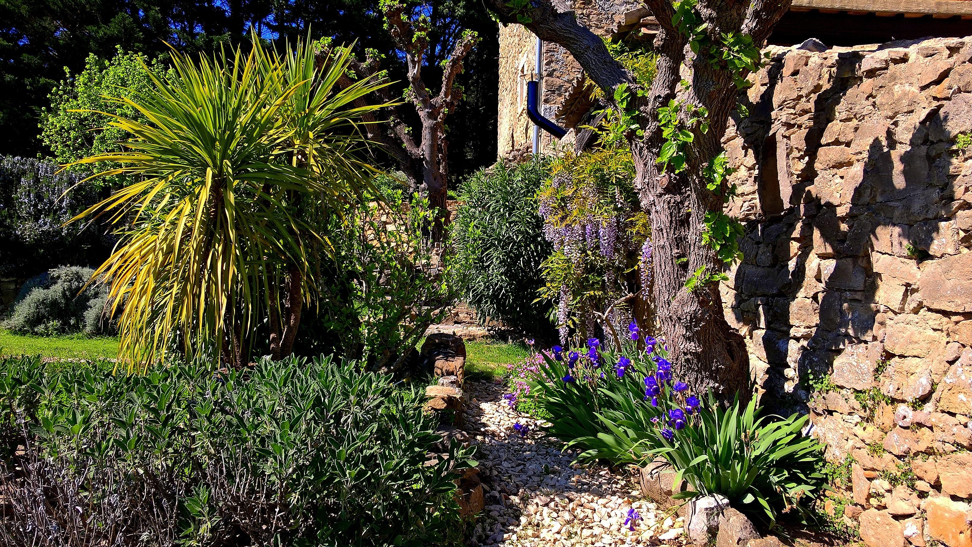 Blick auf Gartenanlagen