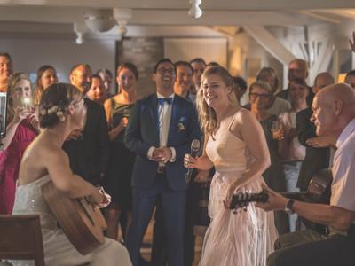 Braut und Brautvater rocken die Bühne
