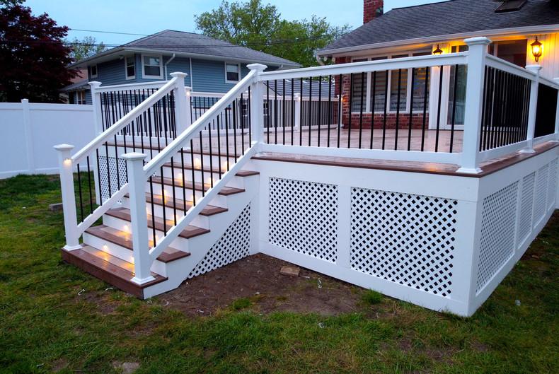 deck-with-white-pvc-lattice.JPG