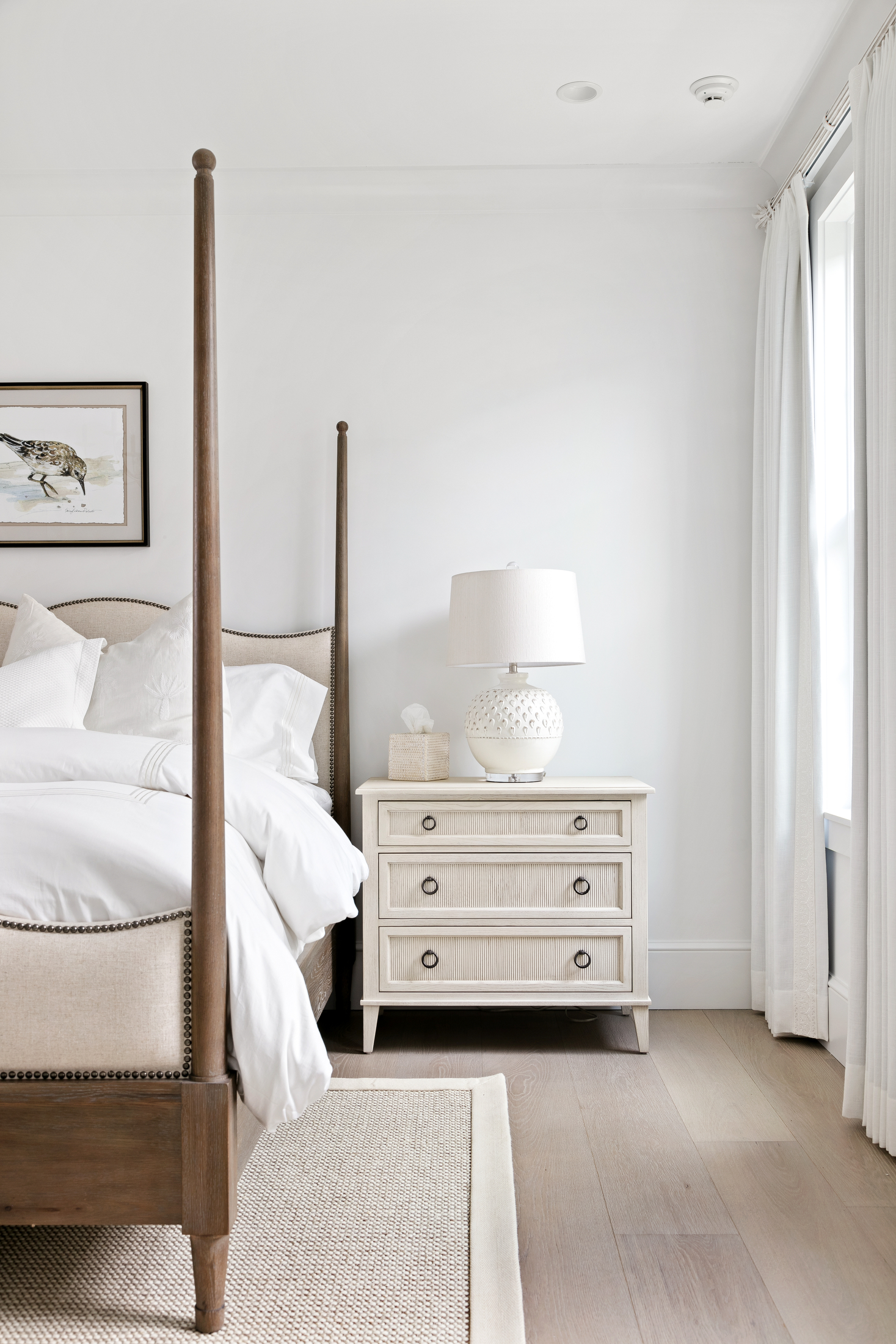 Guest bedroom in white and beige