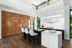 Modern luxury home eat-in kitchen island