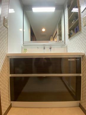 大型ミラー、便利な小物置き付きの洗面化粧台 洗面化粧台