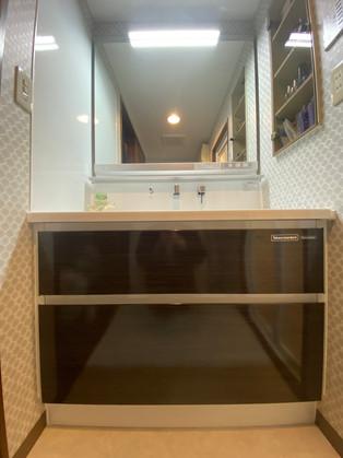 大型ミラー、便利な小物置き付きの洗面化粧台|洗面化粧台
