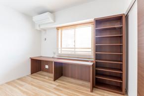 造作棚と作業テーブルで、ご夫婦で使える作業スペースに。|リフォームの施工事例|洋室