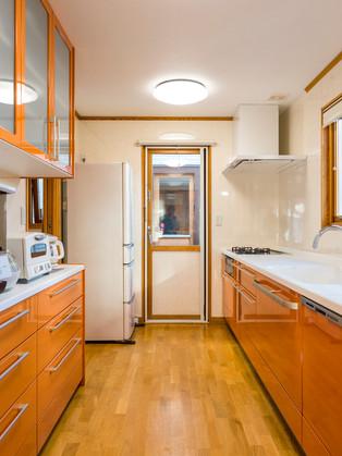 キッチン収納も充実!オレンジの明るく広々キッチン!|リフォームの施工事例|キッチン