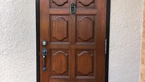 玄関ドアを塗装できれいに。|玄関