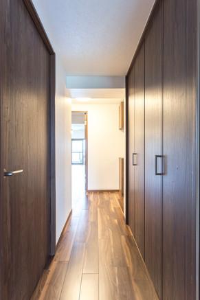 床と壁紙を張り替えて、綺麗な廊下にリフォーム。|リフォームの施工事例|廊下