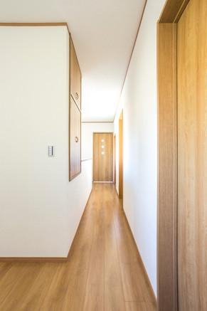 古風なデザインの廊下がリフォームで一変!新築のような空間へ|リフォームの施工事例|廊下