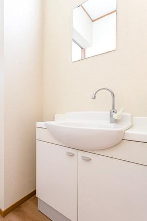 洗面台をオープンにして、扉を減らし移動が楽なバリアフリーに。 リフォームの施工事例 洗面化粧台