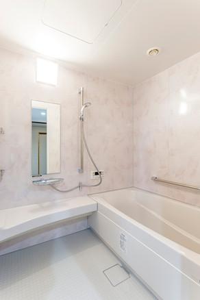 桜の樹の下のような、ゆったり落ち着いたバスルームになりました リフォームの施工事例 浴室・バス
