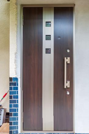 透けるガラスの多い玄関ドアを、安心・快適なドアへリフォーム|リフォームの施工事例|玄関