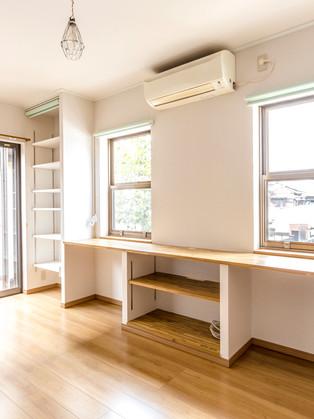 リビングに大型のオープンシェルフを造作。窓と床の断熱も!|リフォームの施工事例|リビング