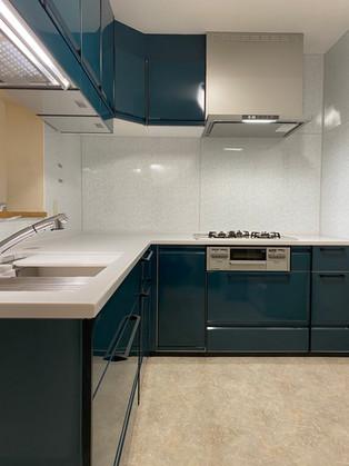 ホーローのキッチンにリフォーム。清掃性も収納力も向上しました。|キッチン