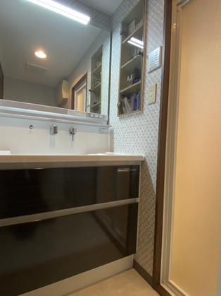 大型ミラー、便利な小物置き付きの洗面化粧台 リフォームの施工事例 洗面化粧台