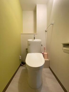 床もクロスも一新!同じ形状のトイレでも、清掃性は格段とアップ。|リフォームの施工事例|トイレ